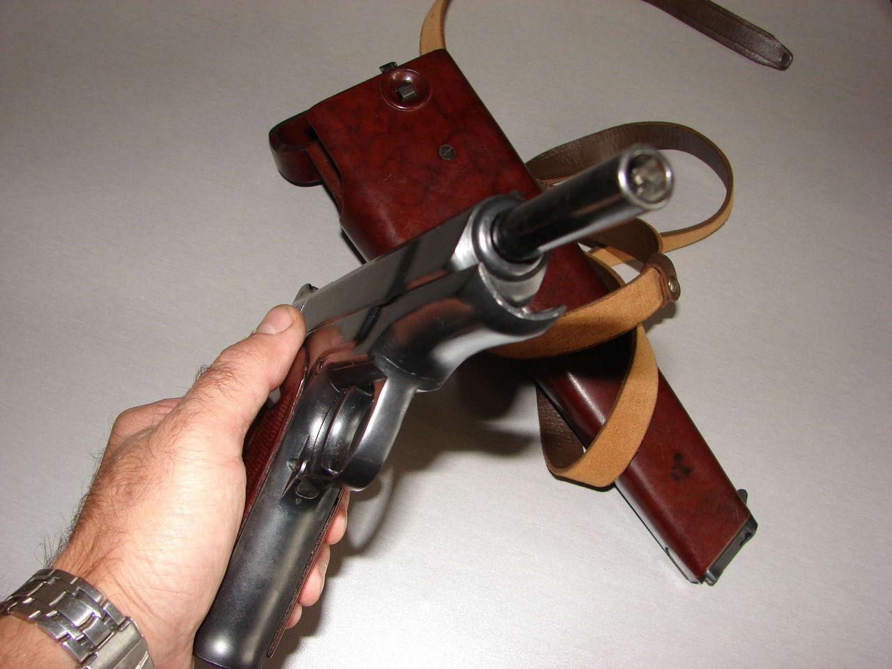Хромированный ствол пистолета