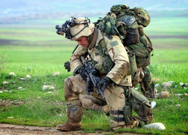 Солдат в экипировке и полной боевой выкладке