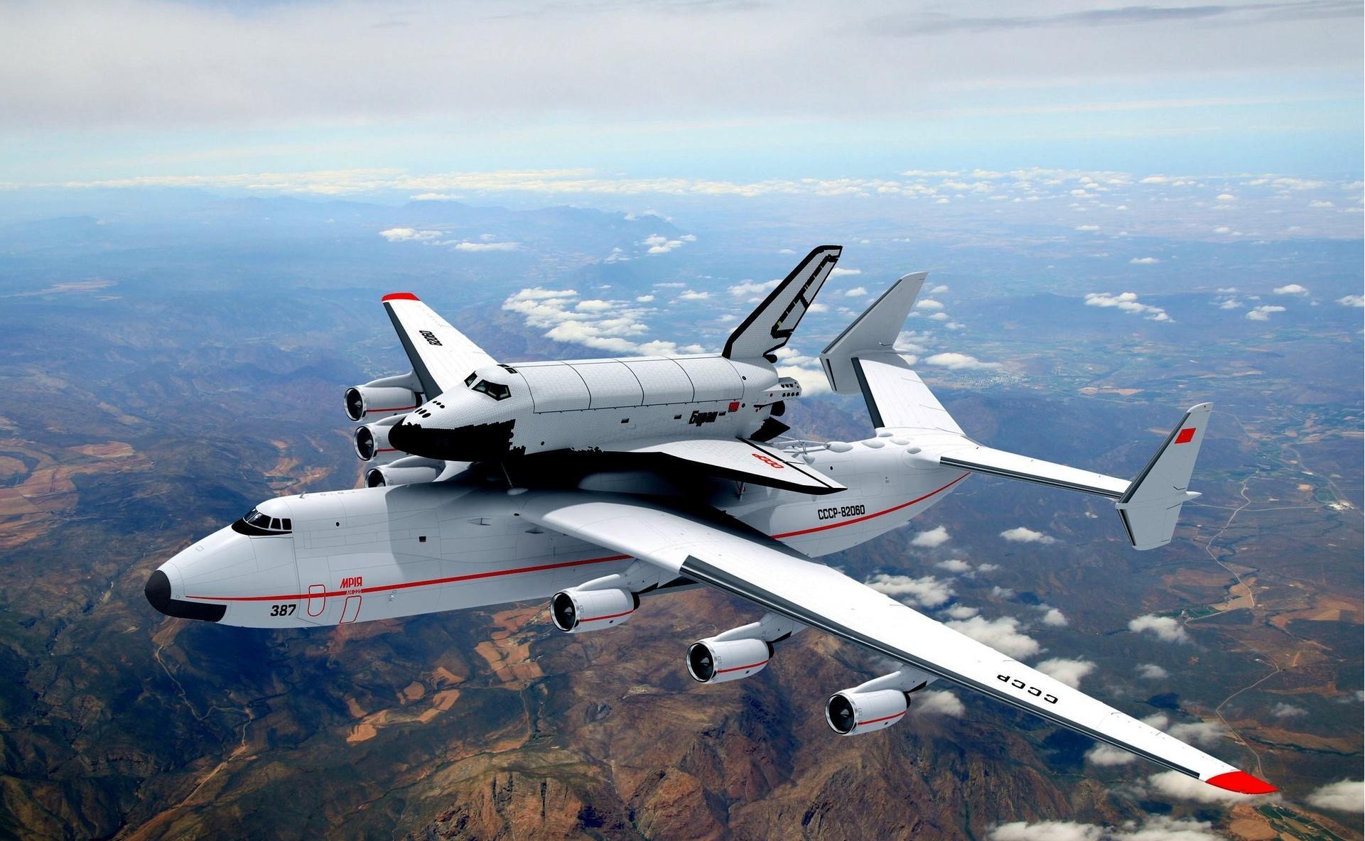 АН-225 перевозит самолет