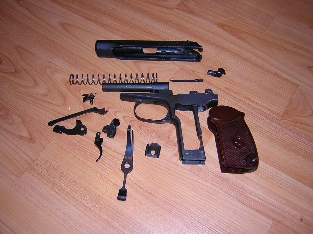 Разобранный пистолет Макарова