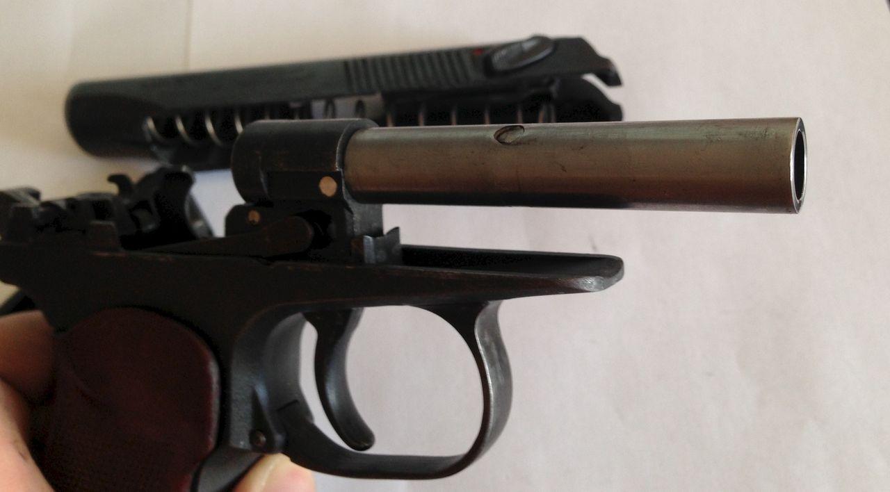 Разобранный сигнальный пистолет