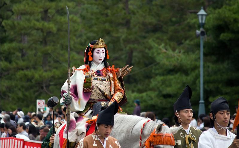 Женщина-самурай с нагинатой