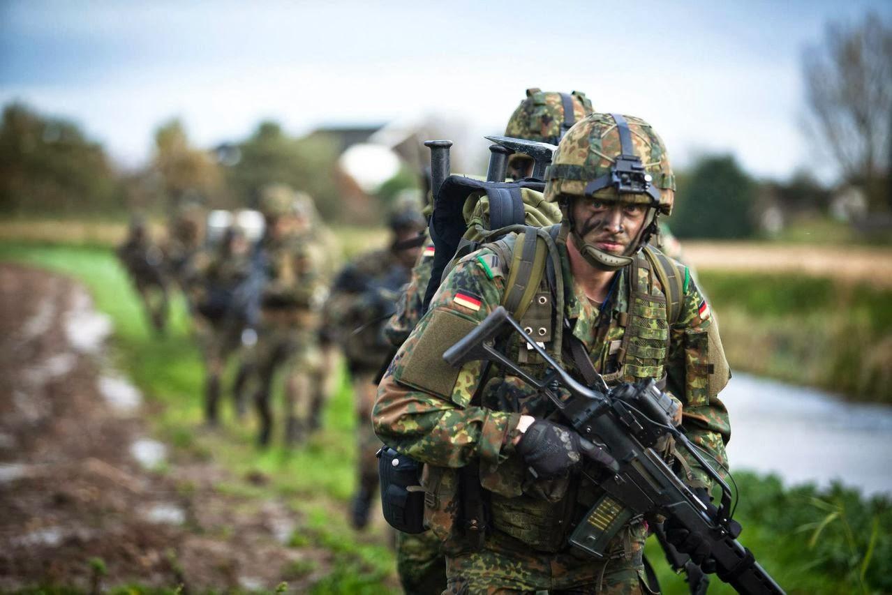 Немецкие солдаты на марш-броске