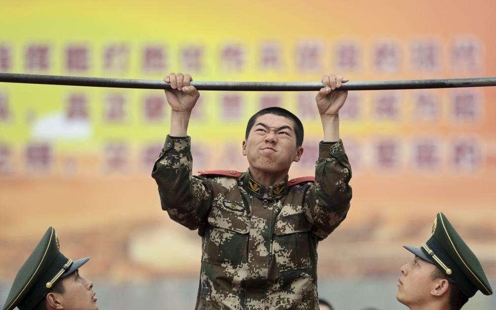 Китайский солдат на турнике