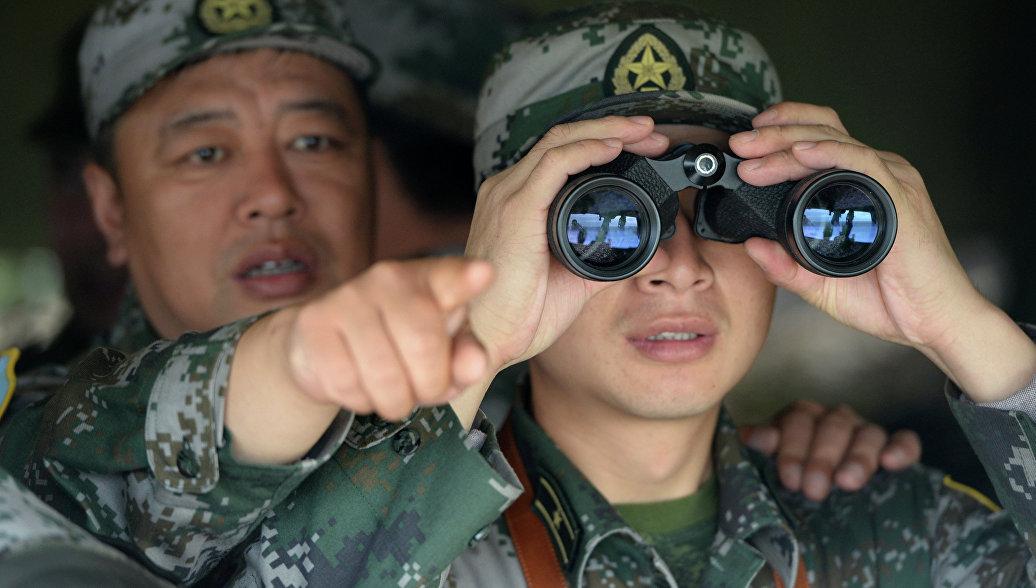 Китайский военный с биноклем