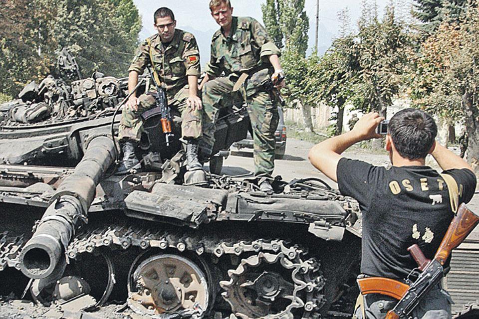 Солдаты позируют на взорванном танке