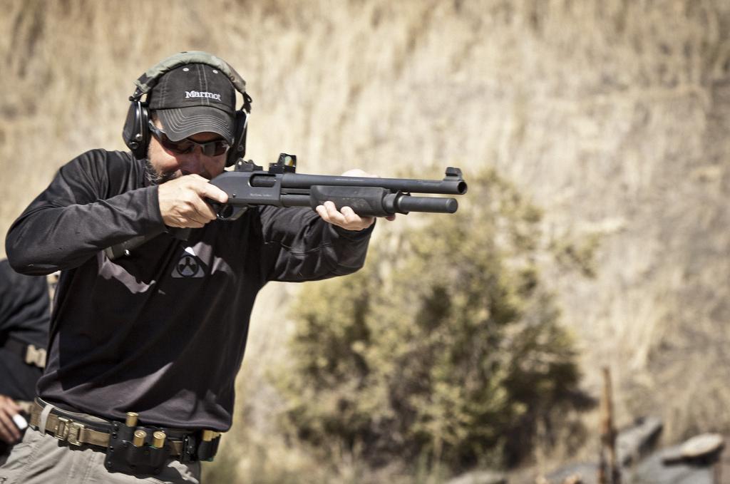 Стрельба из помпового ружья