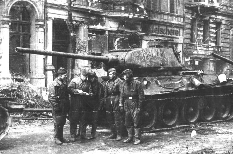 Танки Т-34-85 на улицах Берлина