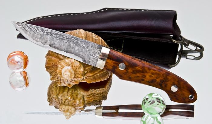 Туристический нож и ракушка