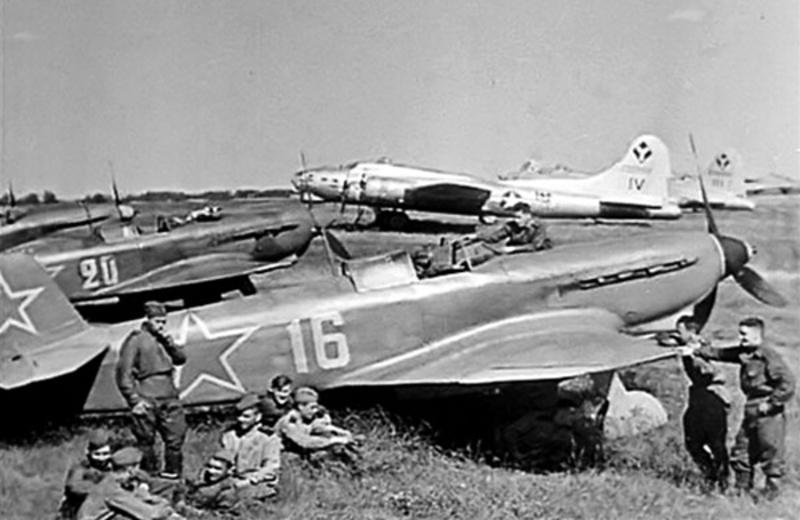 Як-9 сопровождает американские бомбардировщики