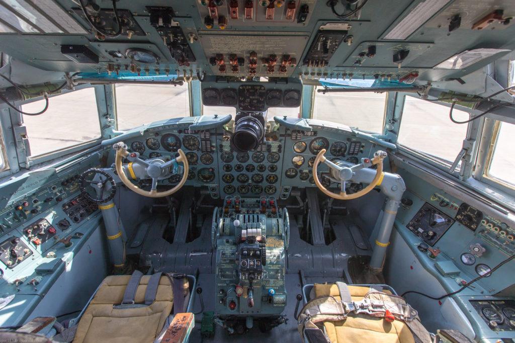 Кабина пилотов Ил-18