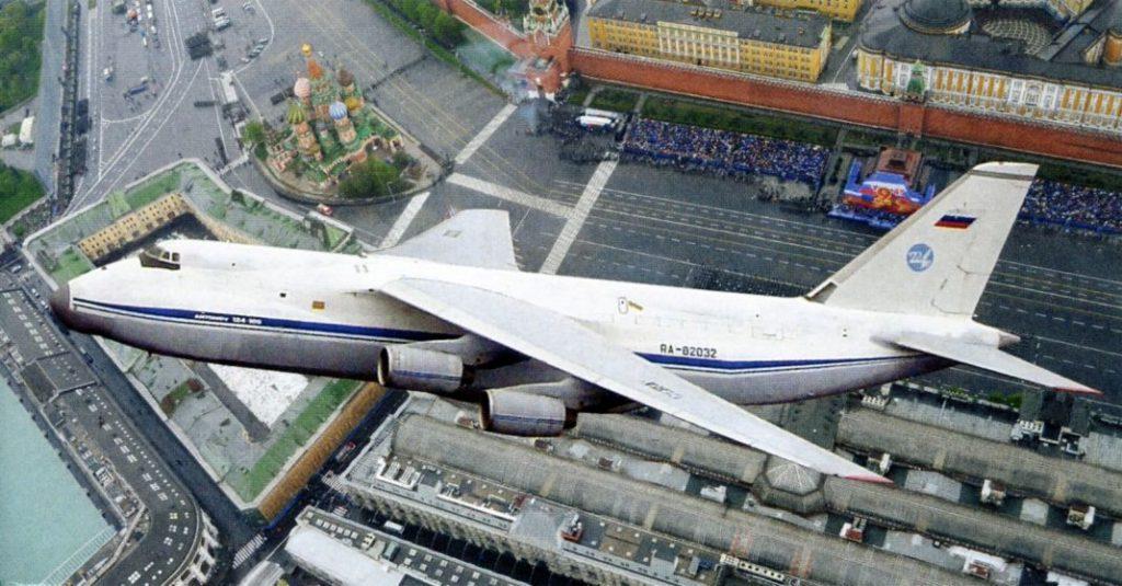 Ан-124 над городом