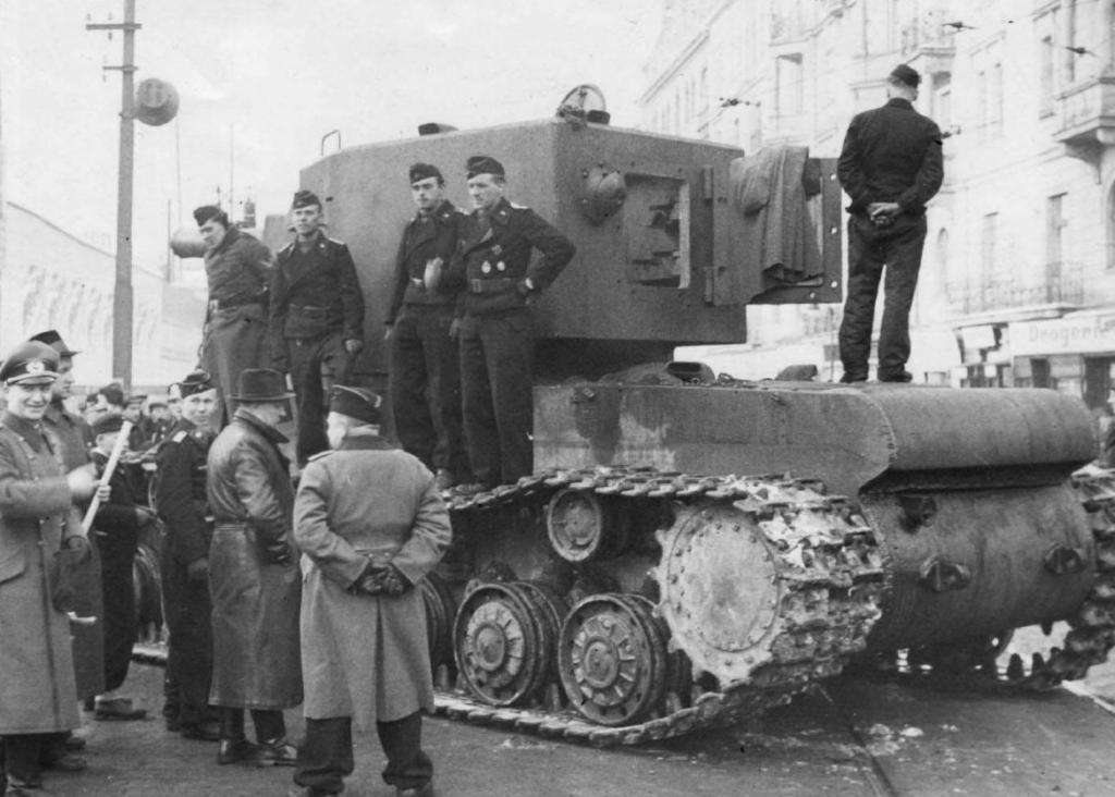 КВ-2 и немецкие солдаты