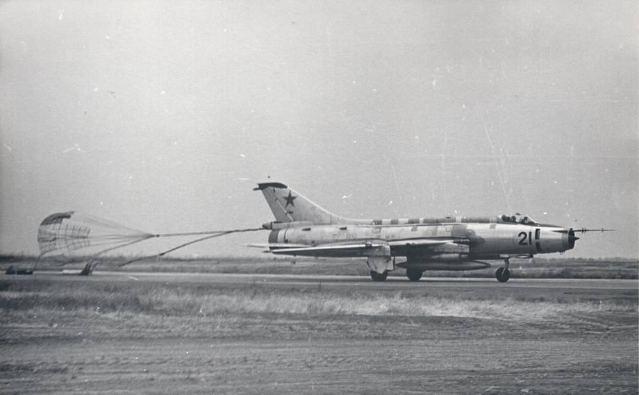 Су-17 с парашютом