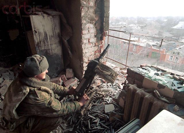 Гранатометчик в разрушенной многоэтажке