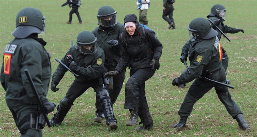 Применение полицейских дубинок