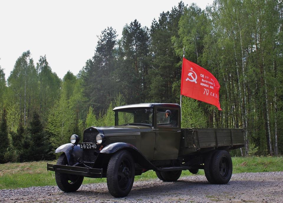 ГАЗ-АА с флагом