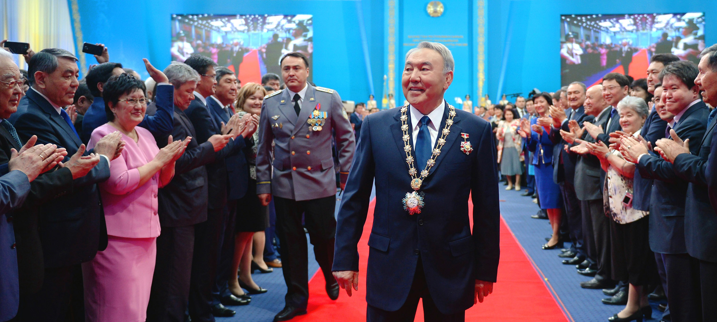 Назарбаев на красной дорожке