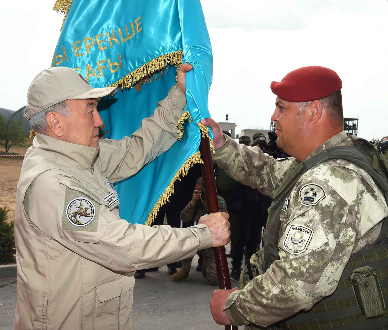 Назарбаев вручает знамя