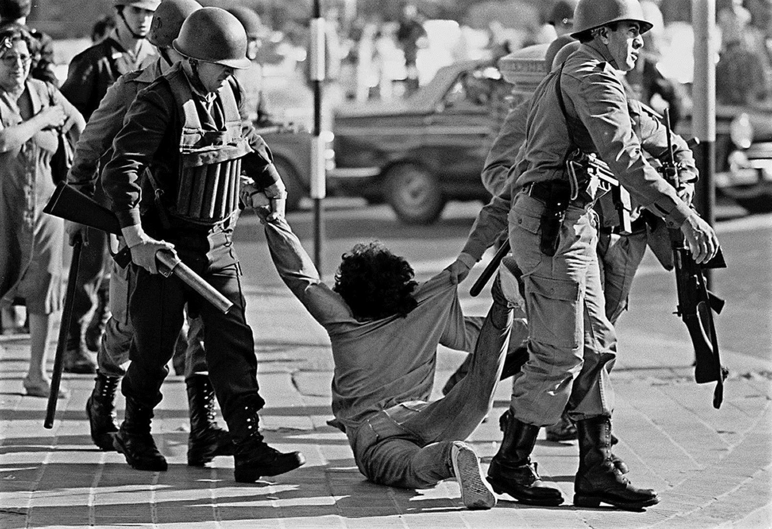 Обращение с демонстрантами