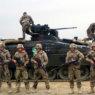 Немецкие солдаты на фоне танка